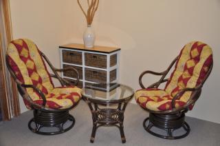 Ratanová souprava Swivel + stolek hnědá, polstry vínový motiv