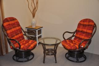 Ratanová souprava Swivel + stolek hnědá, polstry oranžová kostka